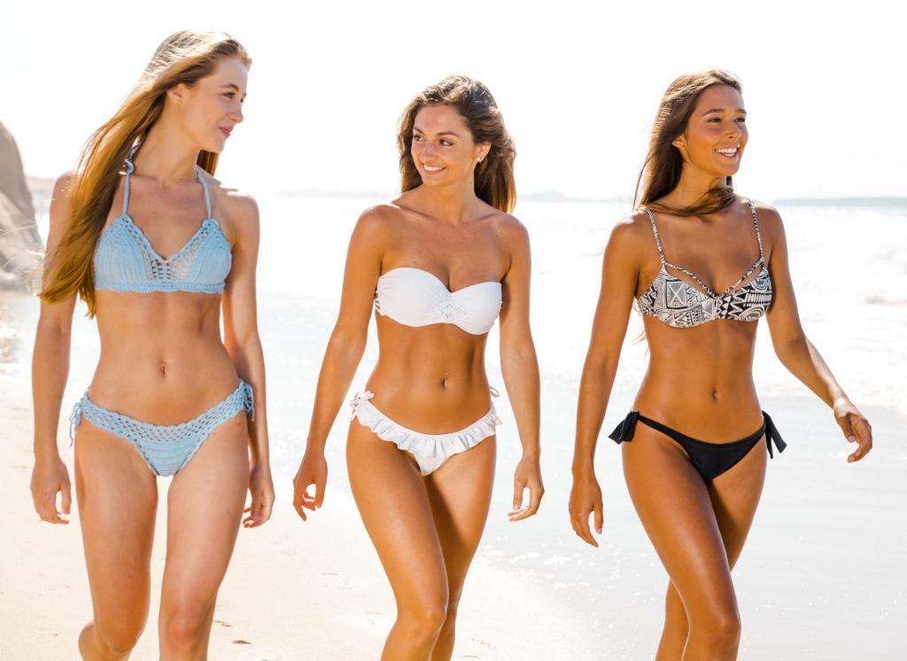 Badeanzug oder Bikini für Frauen mit kleinem Busen